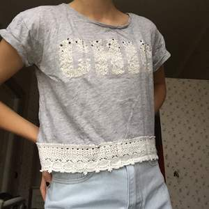 """Cool grå t-shirt med texten """"chic"""" från kappahl, storlek 152 (xs-s) OBS trycket ska vara sådär """"sprucket"""", det är en del av designen. 30kr + frakt"""
