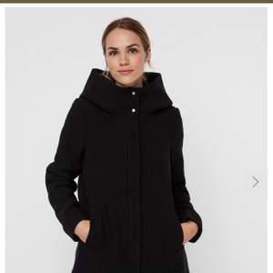 Knappt använd svart kappa med huva från Vero Moda. Varm och fin!