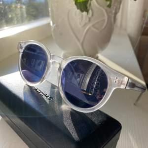 """Säljer mina nividas solglasögon, modellen """"gothenburg"""". Använd fåtal gånger, nyskick! Köpta för 999kr, säljer för 500kr💕fler bilder finns!"""