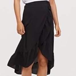 Svart omlottkjol från Gina Tricot köpt för 300kr i somras. Använd 2 gånger. Säljer pga att den är för lång för mig som är 162. 150kr + frakt