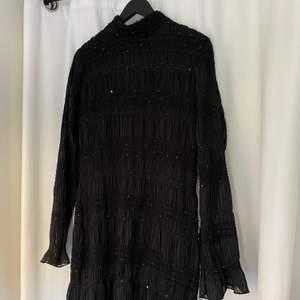Finaste klänningen med insydda pärlor och mönster, lite liten i storlek