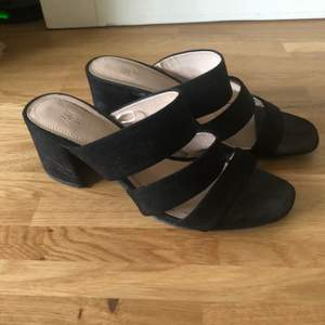 Snygga skor ifrån H&M sparsamt användna i stl.37 Väldigt bekväma att gå i!