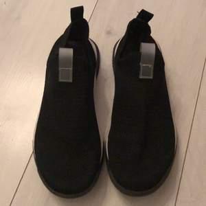 34 strl sneakers zara. Jätte fin stick knappt använda