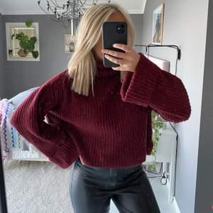 En jättemysig och skön stickad tröja från Gina tricot i storlek S💕