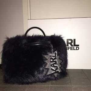 Super cool svart/blå fluffig väska från Karl Lagerfeld. Köpt för några år sen men använda max 10 gånger. Nypris: 2500 kr, har boxen o dustbagen kvar!