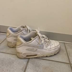 Nike air max 90 i storlek 38,5. Skorna är väl använda så säljs därför till billigt pris. 100kr + frakt 👟