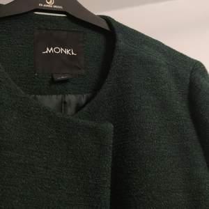 En mörkgröna kappa från MONKI stl S. Den är i väldigt bra skick och har fickor. Inga knappar är lösa! 💚💚