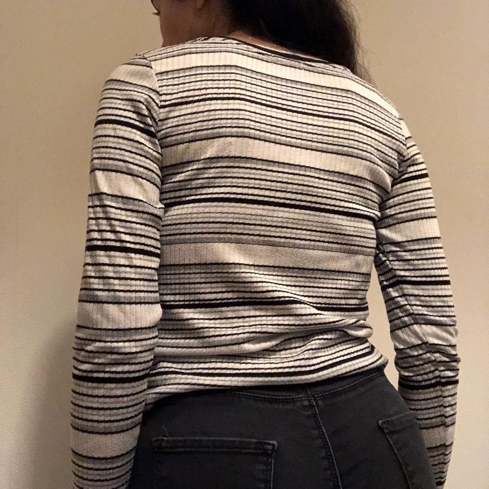 Basic vit topp med grå och svarta ränder. Har bara använt den ett par gånger. Om du beställer fler kläder från mig behöver du inte betala frakt separat för alla produkter❗️❗️. Toppar.