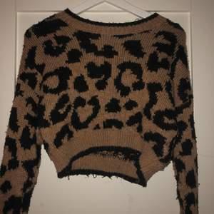 En leopard möstrad stickad tröja, från holloister, köpt i Hamburg (vuxit ur)