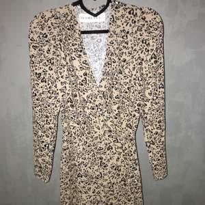 En omlottklänning i leopardmönster från ivyrevel. Storlek 34 i nyskick, endast testad. Inköpt för 800kr. Buda från 100kr+ frakt men jag kan även mötas upp i stan❤️❤️