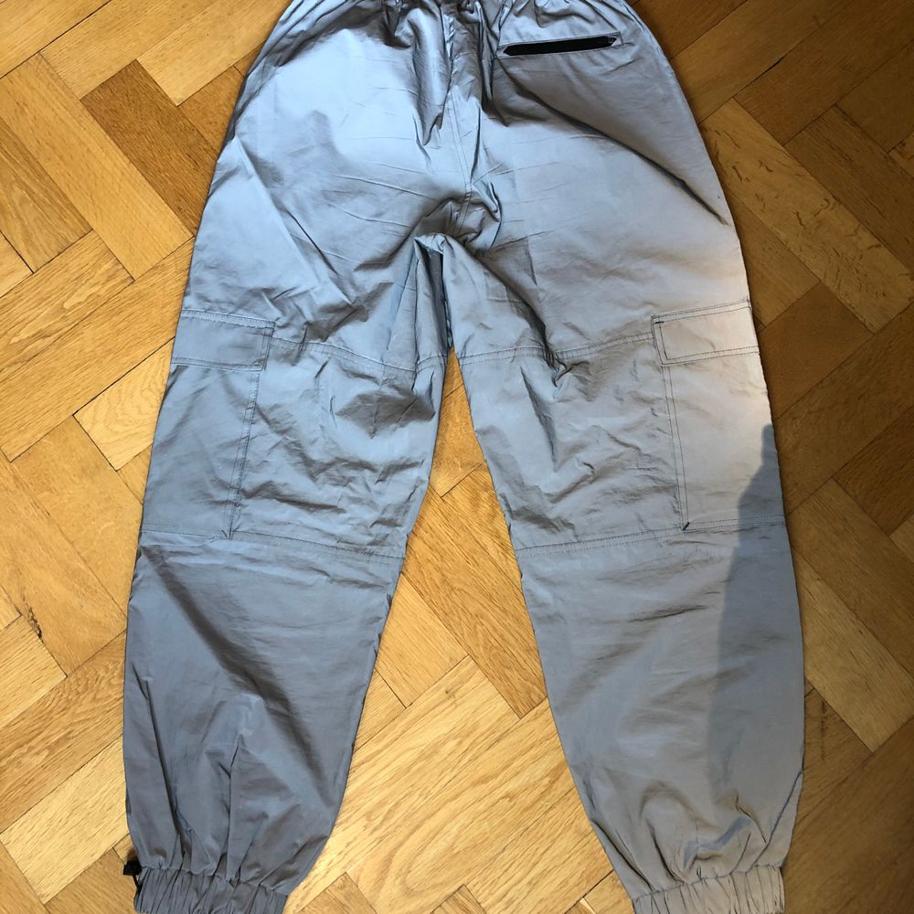 Nästintill nya byxor. Justerbara nere vid fötterna. 5 fickor. Lite baggy fit. Ny pris 700kr. Pris kan diskuteras vid snabb affär.. Jeans & Byxor.