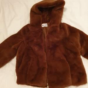 Hooded Faux Fur Jacket från NA-KD, brun färg. Har använts bara 2-3 gånger totalt, jätte fint skick som ny. Den är oversized jacka. Väldigt varm och skönt på vinter. Säljer för 250 kr då frakten ingår då. Kan även mötas upp i Helsingborg. 😊💞