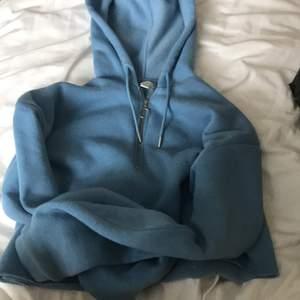 Endast testad croppad hoodie från topshop. Säljer för 135 kr med gratis frakt!