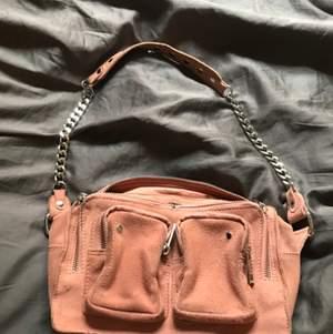 Säljer min näst intill nya nunoo väska som är lite rosa aprikos aktig. Köpt för 1600kr. Köpare står för frakt. Modellen heter Ellie, och skriv för fler bilder eller frågor mm