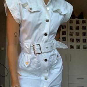 Jättefin vit jeansklänning från River Island, enbart använd en gång! Storlek S, skärpet går att ta av! Köpare står för frakt!🥰