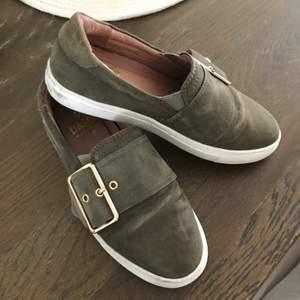 Super fina skor från daska i jätte bra skick, endast använda en gång. Det enda är att ena ringen är silver istället för guld (se andra bilden), de var så när jag köpte de. Frakt 80kr