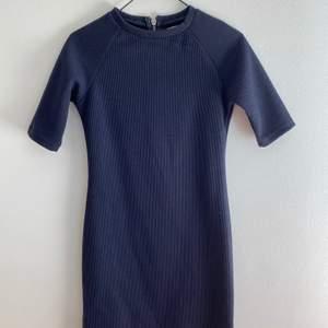 Snygg ribbad klänning från Nelly i strl XS. Använts ett par gånger. Kan mötas upp i Malmö, annars står köparen för frakten!🥰