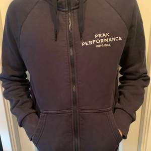 Väldigt snygg marinblå hoodie, använd 2 gånger. Säljs för att den inte kommer till användning. (Köparen står för frakten) Barnstorlek M, sitter som en S på mig