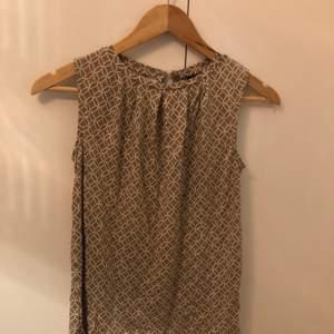 Säljer min oanvända blus från STOCKH LM/MQ då färgen inte passade mig och blusen inte satt fint på min kropp. Endast provad och köpt under april 2020.