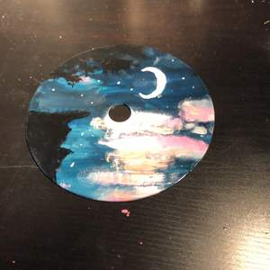 Handmålad cd skiva av en natthimmel. Målad med akrylfärg och ett glansigt lacköverdrag🪐⚡️