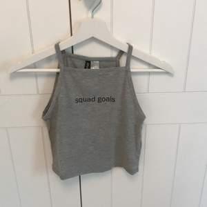 Ett grått linne från h&m i storlek S. Ett linne som är allmänt najs nu på sommaren! Säljer det för att jag växt ur det⚡️köparen står för frakten!