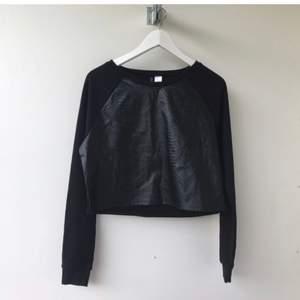 Så snygg svart tröja med skinnimitation från H&M. Helt slutsåld. Aldrig använd!! Storlek S.