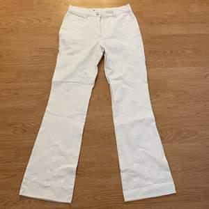 Säljer mina fina vita byxor köpta Emmaus! Superduper sköna men på mig är dom för stora i midjan för min smak. Det finns två små fläckar fram och bak (skicka pm för att se bild). Passar både en XS/S! Tar endast swish, kan mötas upp i centrala Malmö