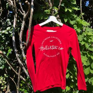 Röd långärmad T-shirt från Hollister i st. XS. Väl använd och lite nopprig under armhålan men ändå fin! Säljer för 30kr. Frakt tillkommer❤️❤️
