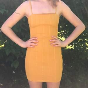 Senapsfärgad klänning från Missguided i storlek 38! Lappen kvar!