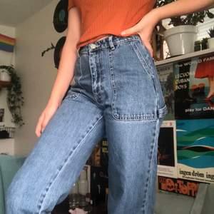 Mörka och vida jeans från Monki (köpt för några månader sen) och används fåtal gånger! Säljs pga liten storlek. Kostade ursprungligen 400kr så jag säljer för 150kr (priset kan diskuteras). Betalar inte för frakt dock!
