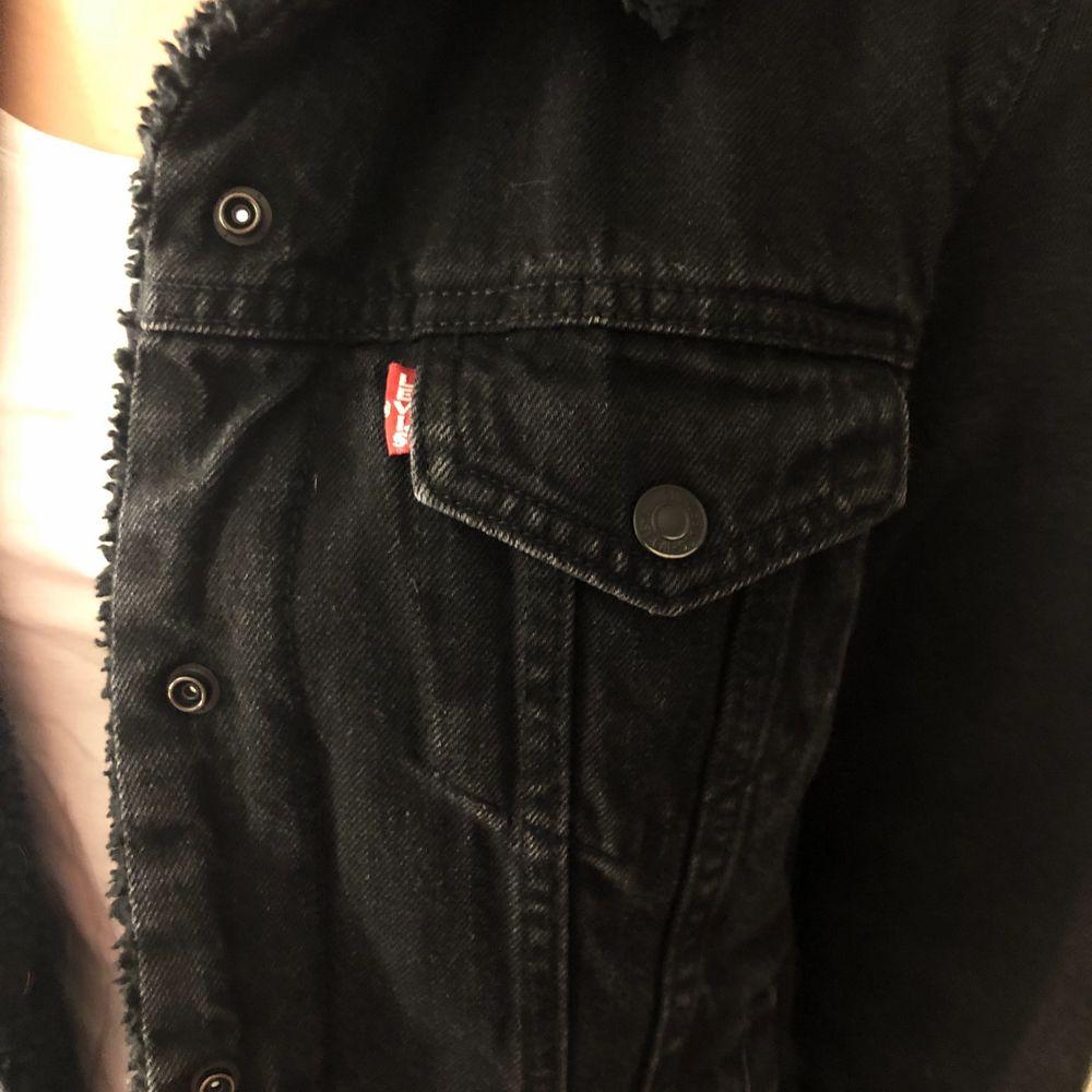 Sparsamt använd, jeansjacka med foder inuti. Jackor.
