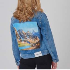 Säljer min jeansjacka från Calvin Klein. Superfint skick och i ganska strechigt material. Tryck på ryggen. Passar xs-m beroende på hur man vill att den ska sitta. Nypris 1099kr. Mitt pris 400kr. Förhandlingsbart. Frakt ingår
