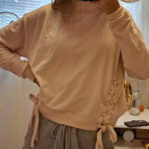 En jätte fin långärmad tröja som har polokrage och störningar vid sidan av midjan på tröjan. Otroligt fin och du behöver inte vara rädd över att den sitter för tajt vid halskragen❤använd 2-3 gånger och sälj på grund utav att jag inte använder den.