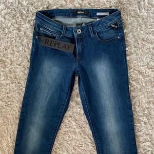Ett par helt nya och oanvända jeans från replay!! Modellen super skinny. Cool tvätt som kommer in i trenden! Lågmidjade och gör att höfterna ser breda ut! Lite försmå för mig tyvärr :/ nypris 1 300kr
