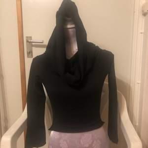 🌸Tar swish  🌸Ansvar ej för postens slarv. 🖤 Svart tröja med lång krage från manakacollection, storlek s. Mått 26 cm längd och 49cm i armlängd, endast provad men annars helt oanvänd. Är av strechig tyg.