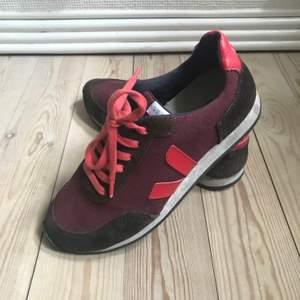 Veja sneakers i mörk lila/röd i str38.