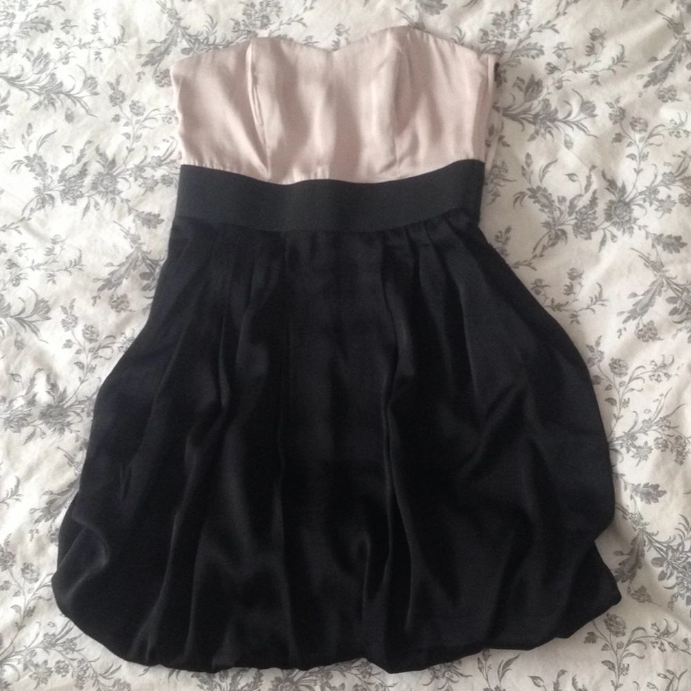 En jättefin bandeau-klänning från H&M. Använd endast 2ggr så är i väldigt bra skick Kan skickas mot fraktkostnaden . Klänningar.