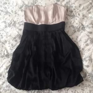 En jättefin bandeau-klänning från H&M. Använd endast 2ggr så är i väldigt bra skick Kan skickas mot fraktkostnaden