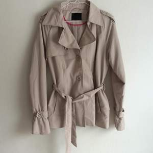 Jättefin ljusbeige trenchcoat från Vero Moda  I princip oanvänd, hängt i garderoben några år.