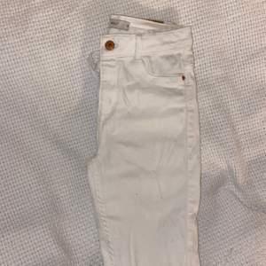 Vita jeans strl S, modellen Molly från Gina Tricot. Använda max 5 gånger, egengjorda hål snygga hål vid knäna. Inga fläckar! Säljes för 50kr + 30kr frakt eller hämtas i Uppsala Nypriset är 300kr