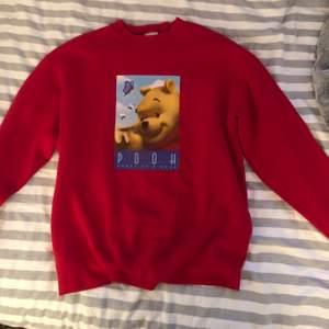 Röd sweatshirt i storlek M, från Disney store. Säljer för 300 kr med gratis frakt 💓