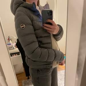 Säljer min fina colmar jacka som jag köpte på Zalando förra hösten för ca 5000kr då den tyvärr är för liten. Den är använd ett väldigt fåtal gånger så är i väldigt bra skick förutom att den har lite lite smink vid kragen( kan skicka bild och tvätta om önskas). Italiens storlek 42 vilket motsvarar svensk storlek 36💕💕 frakten är gratis!!!!💖