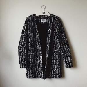 Oanvänd kappa från Vero Moda, inköpt ca 8 år sedan. Fantastisk i materialet - Se texturen på sista bilden!
