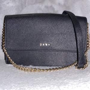 Äkta DKNY väska, använd ett fåtal gånger. Passar som Axelrämsväska eller handväska. Tillkommer Dustbag.
