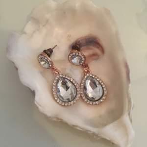 Fina örhängen från Ur&Penn. Alla smycken desinficeras innan köp! Se profil för fler annonser😋✨