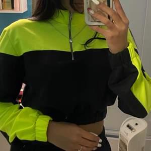 Neon gul o svart hoodie till magen med kedja, väldigt skön material och stretchig , Stl L men uppskattar det mer som S/M