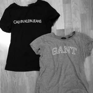 Säljer dessa två märkes t-shirts ifrån Calvin Klein och Gant ☺️. Bra att ha i garderoben och snygga basic t-shirts. Har haft dom ett tag (runt 1,5 år) men de har inte använts så mycket. Säljer dom helst tillsammans för 200kr då dom kostade 600kr tillsammans i nypris. Vill man absolut bara ha en av dom kan man kontakta mig privat så kan vi komma fram med ett bra pris tillsammans. Frakt tillkommer 💓