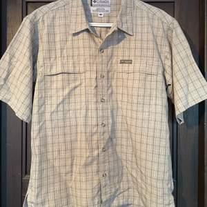 Vintage kortärmad skjorta från Columbia. Gjord för att användas utomhus. Skön och tål vatten till en viss grad. Frakt tillkommer.