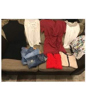 En hel kasse med kläder bland annat de på bilden. Jeansen på bilden är från Gina tricot och BIKBOK i strl 34/XS. I bland annat modellerna MOLLY o Matilda. Kläderna är i Storlekar i xs/34/s. Och från märken som Massimo dutti,Boohoo, Gina tricot BIKBOK osv. Säljer allt tillsammans för 550kr.vid detta köp tillkommer en vinröd necessär från DOLCE GABBANA 💓💓
