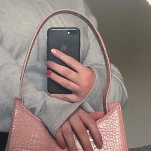 Ljusrosa handväska i ormskinns likande material från NA-KD i bra skick💘